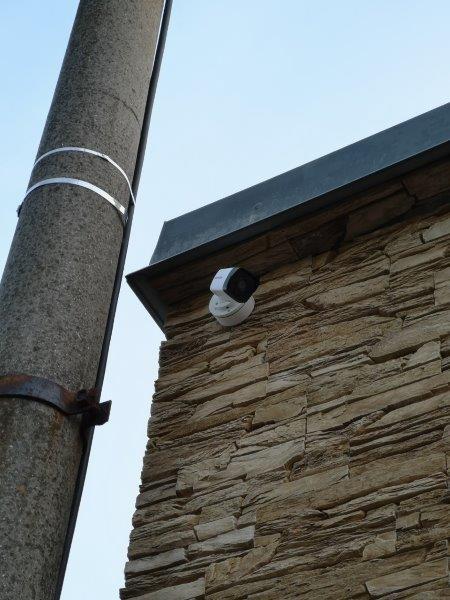 Kamera na rohu domu.